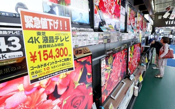 家電量販店に並ぶ液晶テレビや有機ELテレビ(東京都千代田区のヨドバシカメラマルチメディアAkiba)