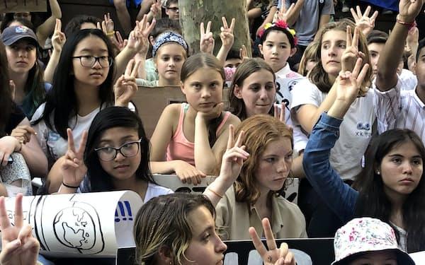 8月に国連本部前で開かれた集会にはグレタさん(中央)のほか、数百人の学生らが集まった