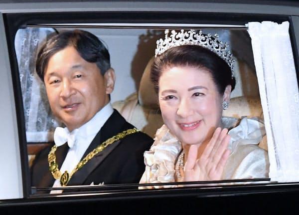饗宴の儀のため皇居に入る天皇、皇后両陛下(10月22日、東京都千代田区)