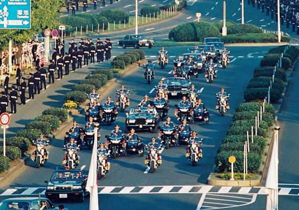 「祝賀御列の儀」でパレードする上皇ご夫妻の車列(1990年11月、国会前)