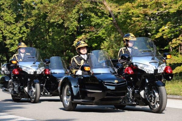 両陛下が乗るオープンカーを護衛する皇宮警察側車隊の訓練風景(11月1日、皇居・東御苑)