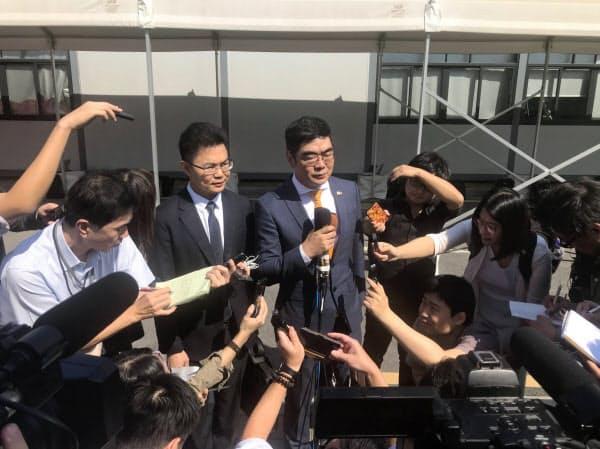 中国広東省広州市の中級人民法院(地裁)での判決後に記者団の取材に応じる弁護人(8日)
