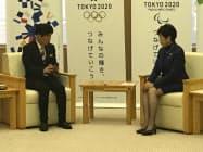 豚コレラ対策を話し合う群馬県の山本知事(左)と東京都の小池知事