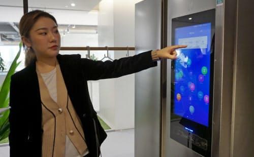 小米はタッチパネル付きの冷蔵庫などIoT家電も販売している(北京市内の自社店舗)
