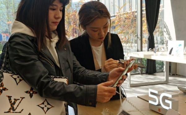 小米のスマホは若い人たちに人気がある(北京市内の自社店舗)