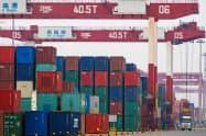 中国からの対米輸出は対中関税の影響で減っている(中国・青島市の港)=ロイター