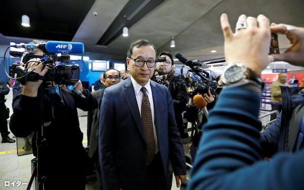 空港でタイへの入国が阻止されたサム・レンシー氏(7日、パリ)=ロイター