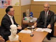 青森県の柏木司副知事(右)に受賞を報告するフォルテの葛西純社長(11月8日、青森県庁)