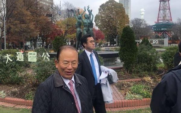 武藤事務総長はマラソン発着地点の候補地、大通公園を視察した(札幌市)