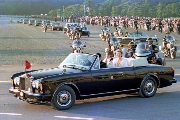 平成の祝賀御列の儀に臨む上皇ご夫妻(1990年11月12日、皇居前)