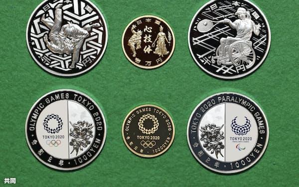 2020年の東京五輪を記念した千円銀貨(左)、1万円金貨(中央)、パラリンピックを記念した千円銀貨。上が表(8日午後、大阪市の造幣局)=共同