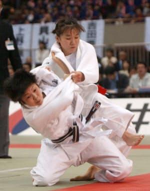 高校生の福見(左)は田村亮子(当時)に勝ち、一気に注目を集めた(2002年4月、全日本選抜体重別選手権)=共同