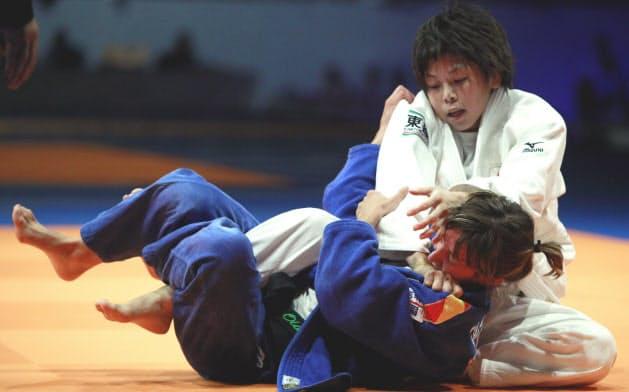 09年世界選手権で福見(上)は初出場初優勝を果たす=ロイター