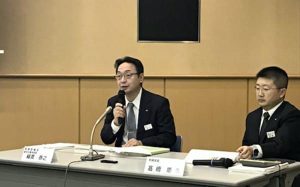 JR北海道が8日発表した2019年4~9月期の連結決算で記者会見する綿貫泰之常務(左)(札幌市の本社)