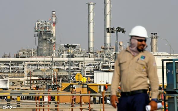 国内上場を控えたサウジアラムコの石油施設(アブカイク、10月)=ロイター