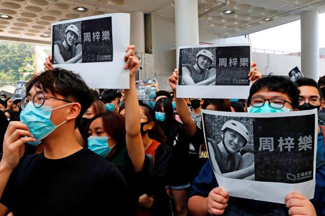 8日、香港で男子学生の死を悼む声が広がった=ロイター