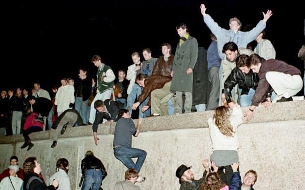 ベルリンの壁が崩壊し、祝福する東西ベルリン市民ら(1989年11月)=ロイター