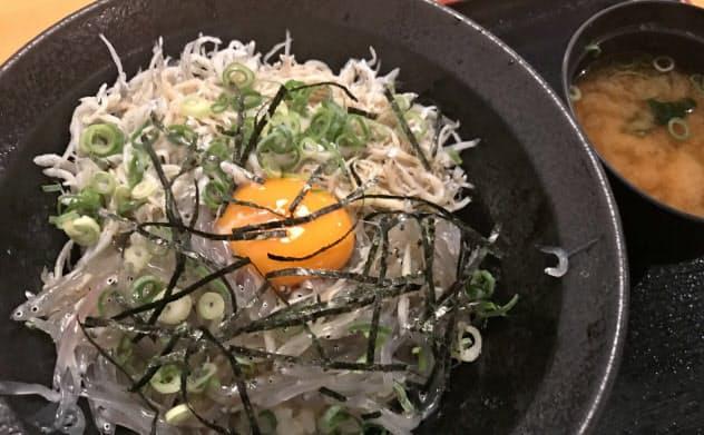 岸和田の漁協直営「泉州きんちゃく家」では透明でプリプリの生シラス丼を手ごろな価格で食べられる(大阪府岸和田市)