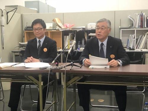 会見する南都銀行の橋本頭取(右)(8日、大阪市内)