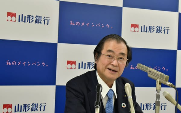 口座維持手数料の検討が必要とする山形銀行の長谷川吉茂頭取(8日、山形市)
