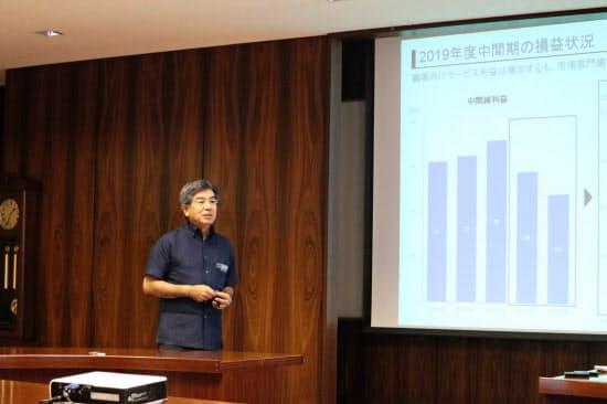 2019年4~9月期決算について説明する琉球銀行の川上康頭取(那覇市の本店)