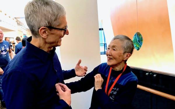 アップルのティム・クックCEOと談笑する若宮さん(2017年6月、米カリフォルニア州サンノゼで)