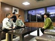 仙台市の郡市長(右)に支援を要請する宮城県の村井知事(中)と丸森町の保科町長
