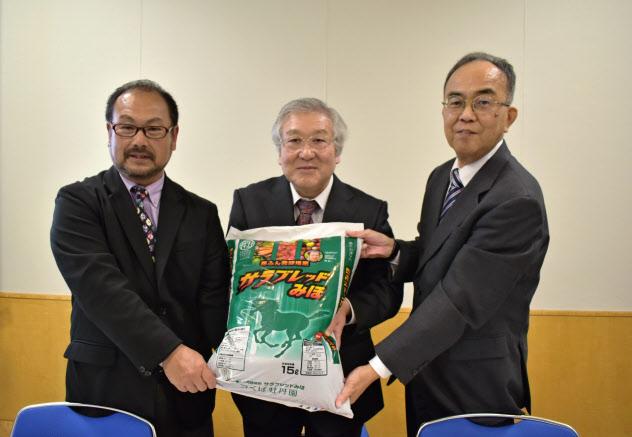 サラブレッドのふんでつくった肥料を本格的に事業にするプロジェクトが始動した(31日、茨城県つくば市)
