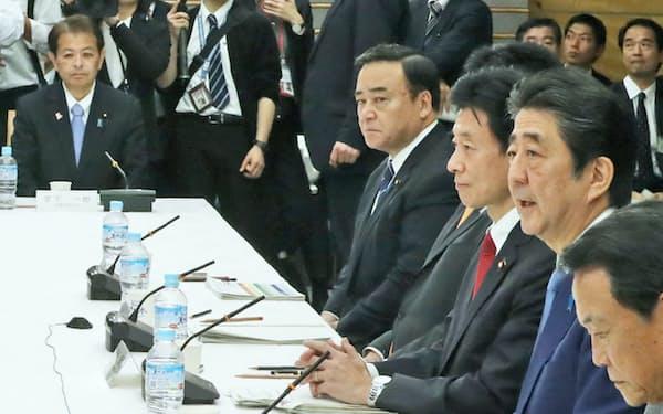首相官邸で開かれた全世代型社会保障検討会議(8日)