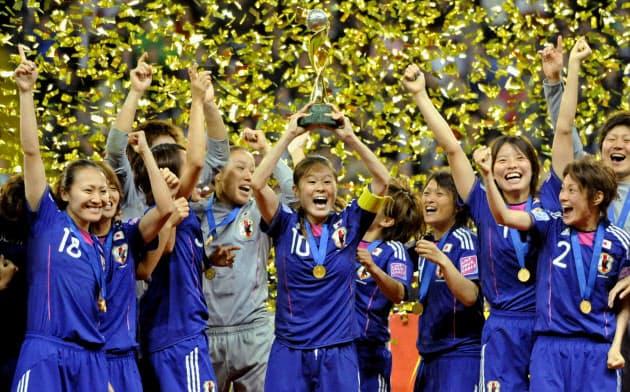 サッカー女子W杯で初優勝し、トロフィーを掲げて喜ぶ澤穂希さん(中央)ら日本代表(2011年7月、フランクフルト)=共同