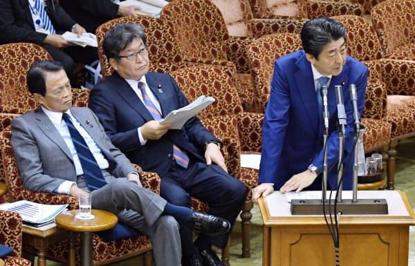 参院予算委で答弁する安倍首相。中央は萩生田文科相(8日午後)=共同