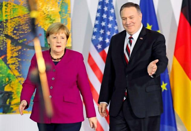 ポンペオ米国務長官(右)はベルリンでメルケル独首相と会談した=ロイター