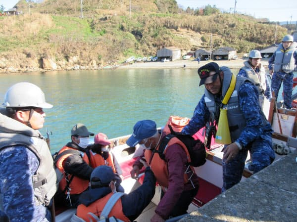 避難訓練でボートに乗り込む住民(新潟県柏崎市)