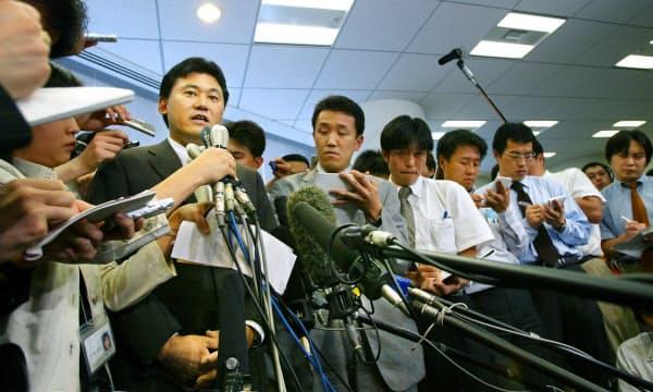 プロ野球参入について発表する三木谷(左)