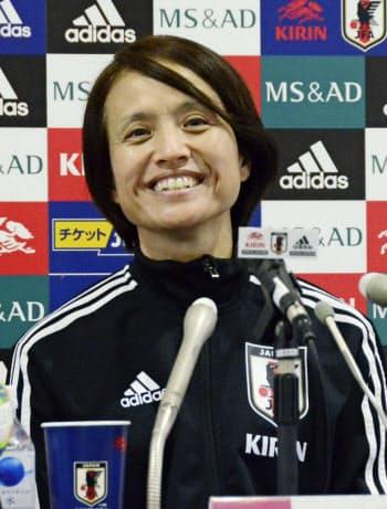 南アフリカ戦を前に、記者会見するサッカー女子日本代表の高倉監督(9日、ミクスタ)=共同