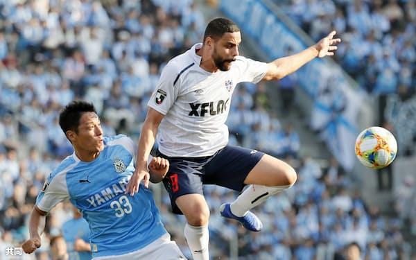 磐田―FC東京 前半、磐田・藤田(左)と競り合うFC東京・ディエゴオリベイラ(9日、ヤマハ)=共同
