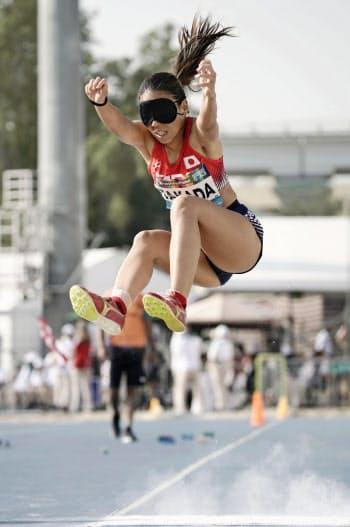 女子走り幅跳び(視覚障害)で4位に入った高田千明。東京パラリンピック代表に内定した(9日、ドバイ)=共同