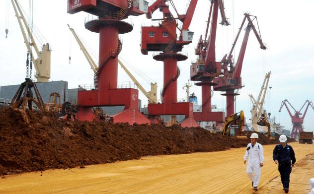 中国はレアアースを戦略資源と位置付ける(江蘇省連雲港の積み下ろし埠頭)=AP