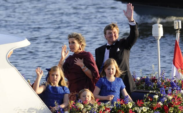 船による水上パレードで観衆に手を振るオランダのアレクサンダー国王(2013年4月、アムステルダム)=ロイター