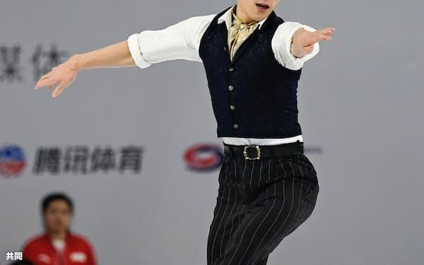 男子フリーでジャンプする田中刑事(9日、中国・重慶)=共同