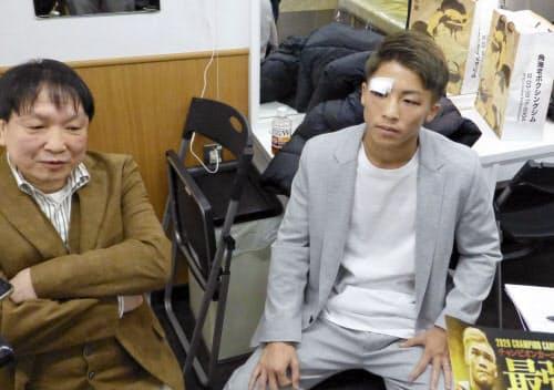 報道陣に骨折の状態を語る井上尚弥。左は大橋秀行会長(9日、東京都内)=共同
