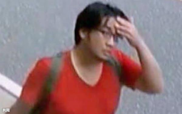 JR宇治駅付近の歩道で防犯カメラに写った青葉容疑者とみられる男(京都府宇治市)=共同