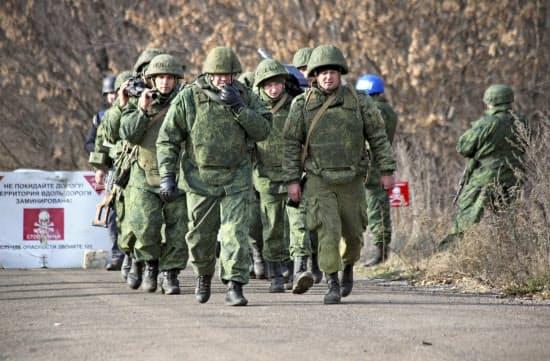 9日、ウクライナ東部紛争で兵力の引き離しを始めた親ロシア派武装勢力=AP