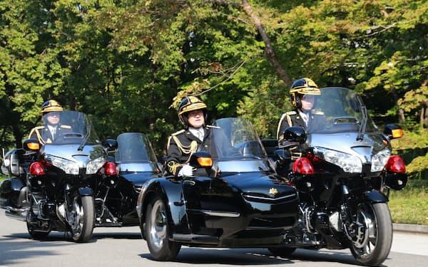 両陛下が乗るオープンカーを護衛する皇宮警察側車隊の訓練風景(1日、皇居・東御苑)