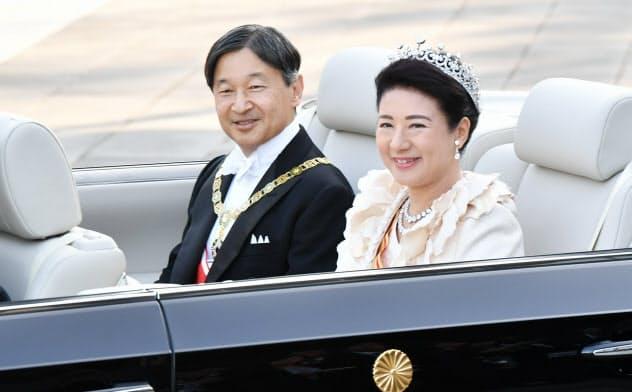 祝賀パレードのため皇居を出発する天皇、皇后両陛下(10日、皇居)