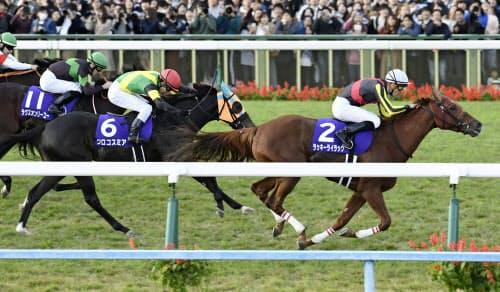 第44回エリザベス女王杯で(右から)1着のラッキーライラック、2着のクロコスミア、3着のラヴズオンリーユー(10日、京都競馬場)=共同