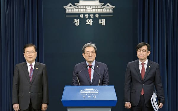 韓国大統領府の主要3幹部が記者会見した(左が鄭安保室長)=大統領府提供