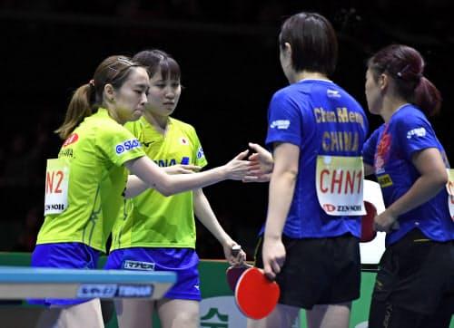 女子決勝 中国戦の1試合目で敗れた(左から)石川、平野組(10日、東京体育館)=共同