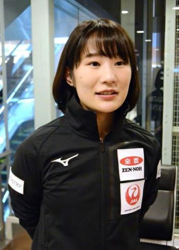 カーリングのパシフィック・アジア選手権を終えて帰国し、取材に応じる中嶋星奈(10日、羽田空港)=共同