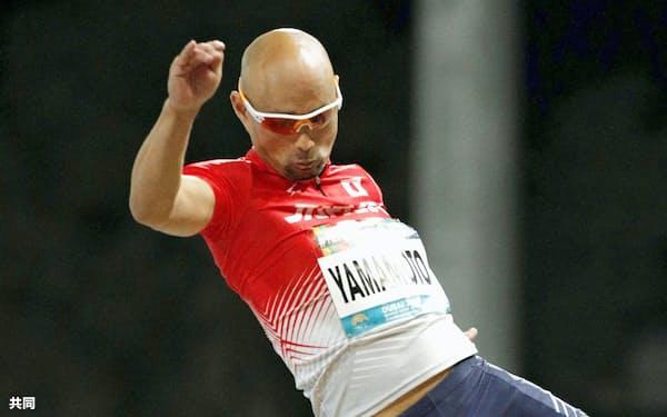 男子走り幅跳び(義足)で3位に入った山本篤。東京パラリンピック代表に内定した(10日、ドバイ)=共同